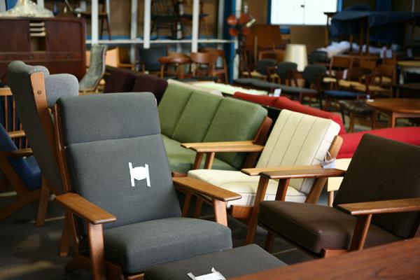 北欧アンティークとデンマーク家具の店「ハミングジョー[humming joe]」の倉庫にて